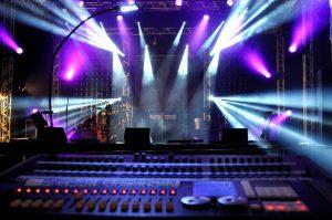 locação de datashow, praticavel, caixas de som, telão e jogo de luz SP
